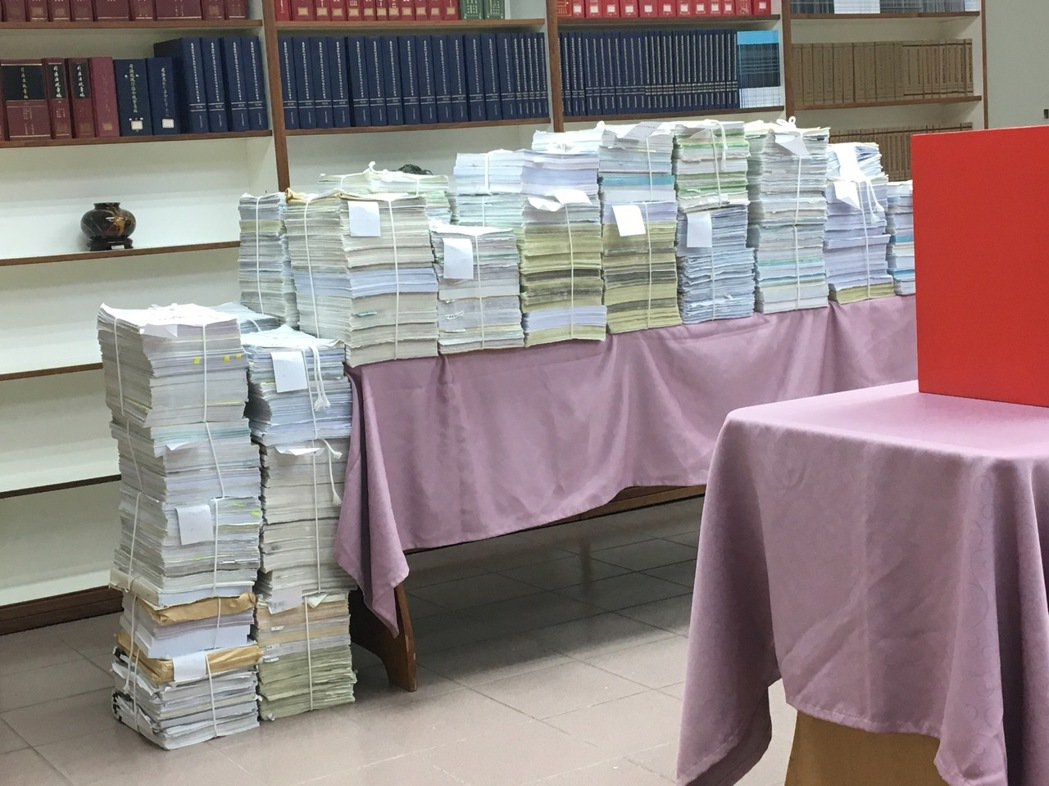 最高法院去年12月20日公開為紅火案抽籤決定承審法官,並展示龐大的卷宗數量。圖/...