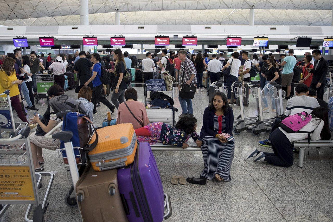 香港機管局宣布,所有航班登機服務在下午4點半暫停登記。美聯社