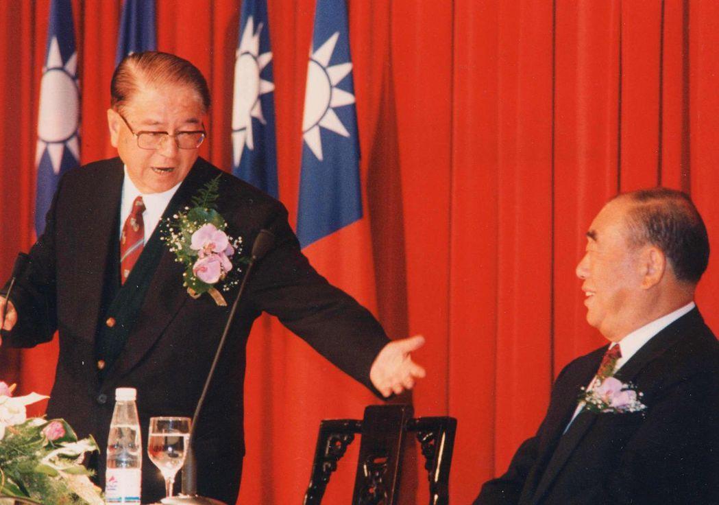 林洋港(左)、郝柏村(右)1995年年底遭國民黨開除黨籍。 圖/聯合報系資料照片