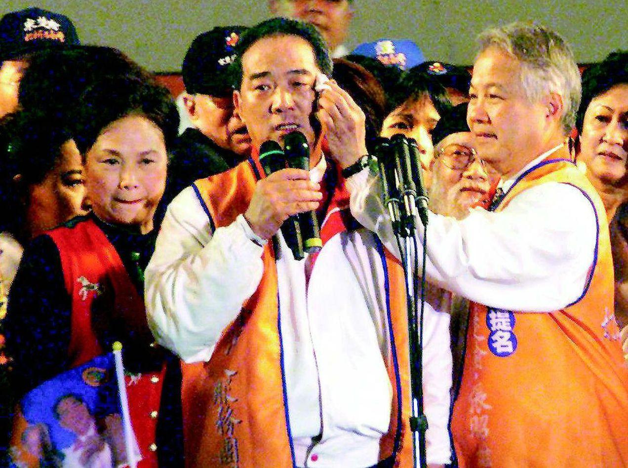 1999年宋楚瑜(中)參選總統聲勢如日中天,也被國民黨開除黨籍。 圖/聯合報系資...