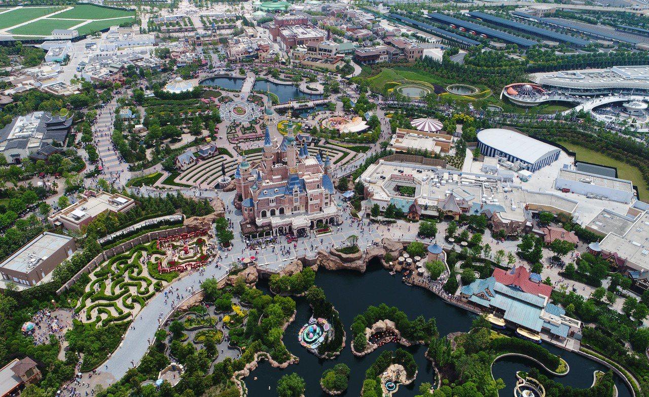 上海迪士尼自2017年11月15日起,禁止遊客攜帶食品和酒精飲料入園,非酒精飲料...