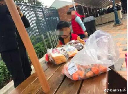 上海迪士尼禁帶外食,民眾只能「出園就餐」。 圖/翻攝自微博「新浪財經」