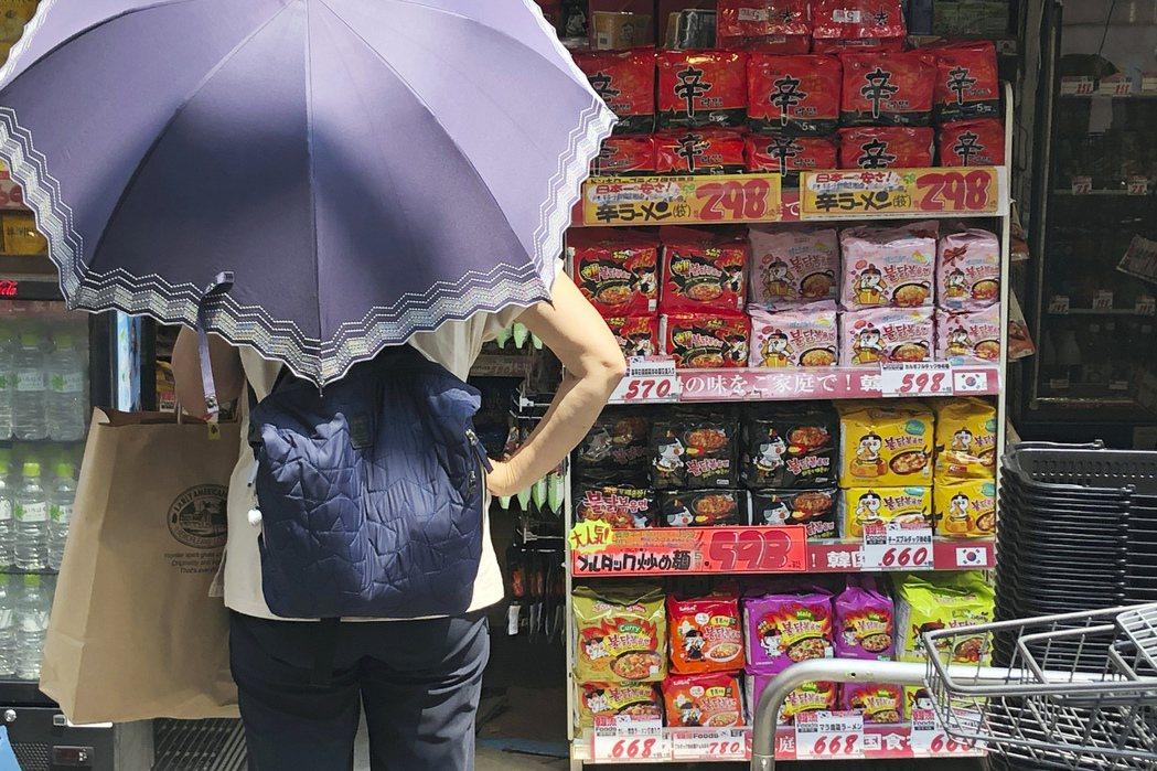 東京一間商店販售的南韓產品。 (美聯社)