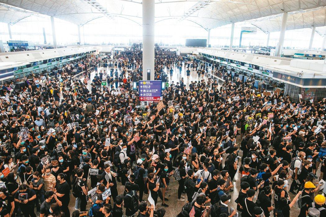 「反送中」民眾昨(12)日癱瘓香港國際機場,下午4時過後的航班全數取消。圖為原先只限持機票旅客才可進入的離境大廳已被「反送中」民眾占滿。 路透