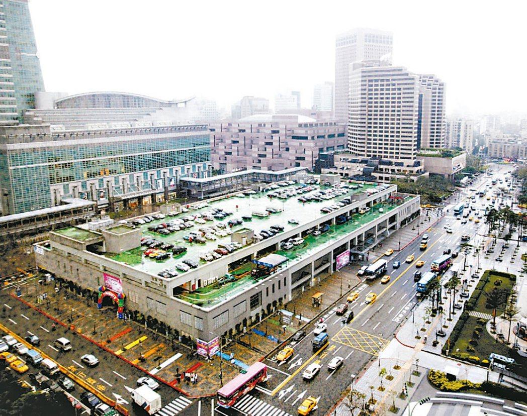 財政部國產署預計今年起陸續推出四筆土地活化案,今年底將收回的台北世貿三館用地是受...
