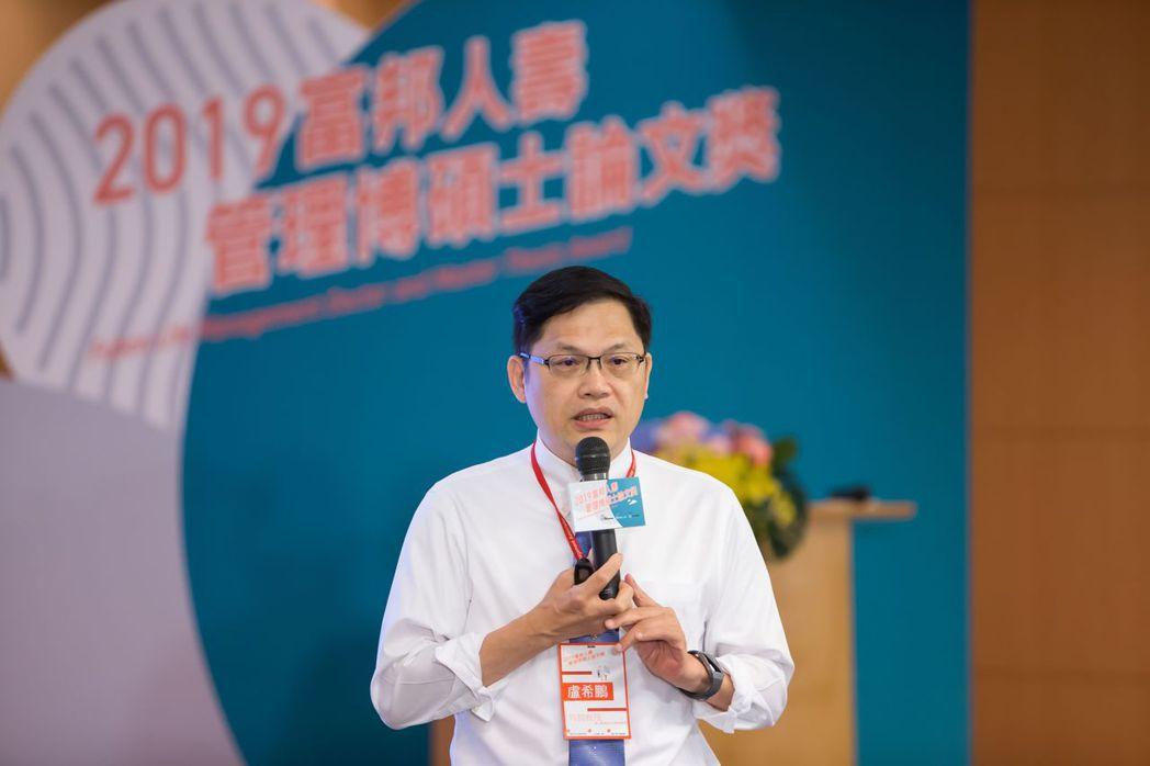 國立臺灣科技大學盧希鵬特聘教授勉勵台下得獎學生及指導教授,並發表專題演講 中...