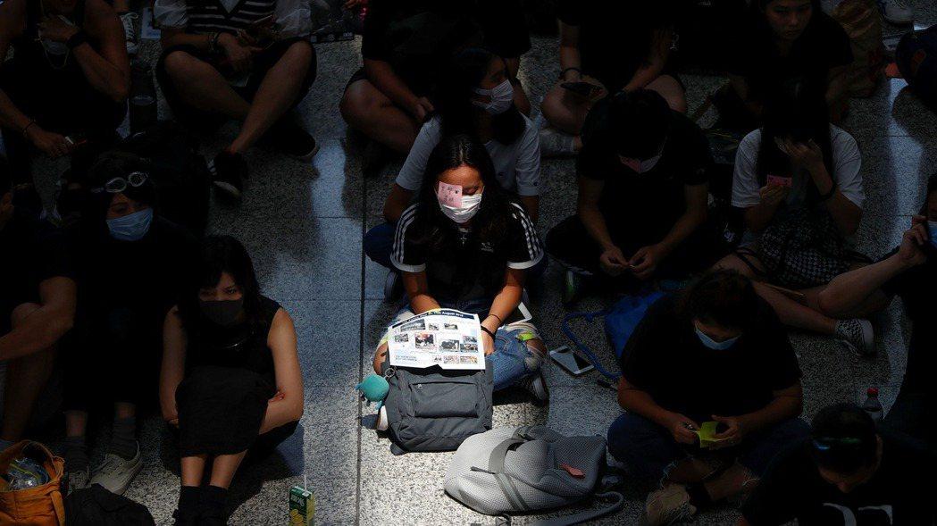香港民眾12日發起機場集會,抗議警方使用過度武力。路透社