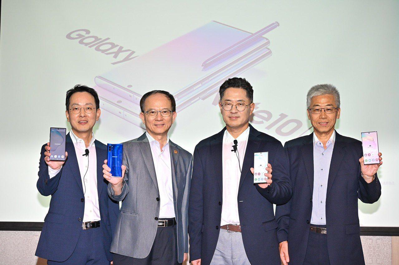 中華電信開放Note 10預購,圖為台灣三星電子總經理李大成(左起)、中華電信行...