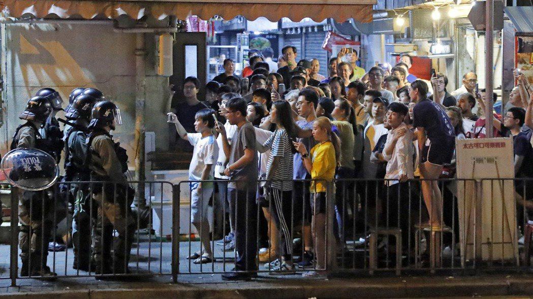 8月12日,香港抗爭民眾與警方對峙。 美聯社