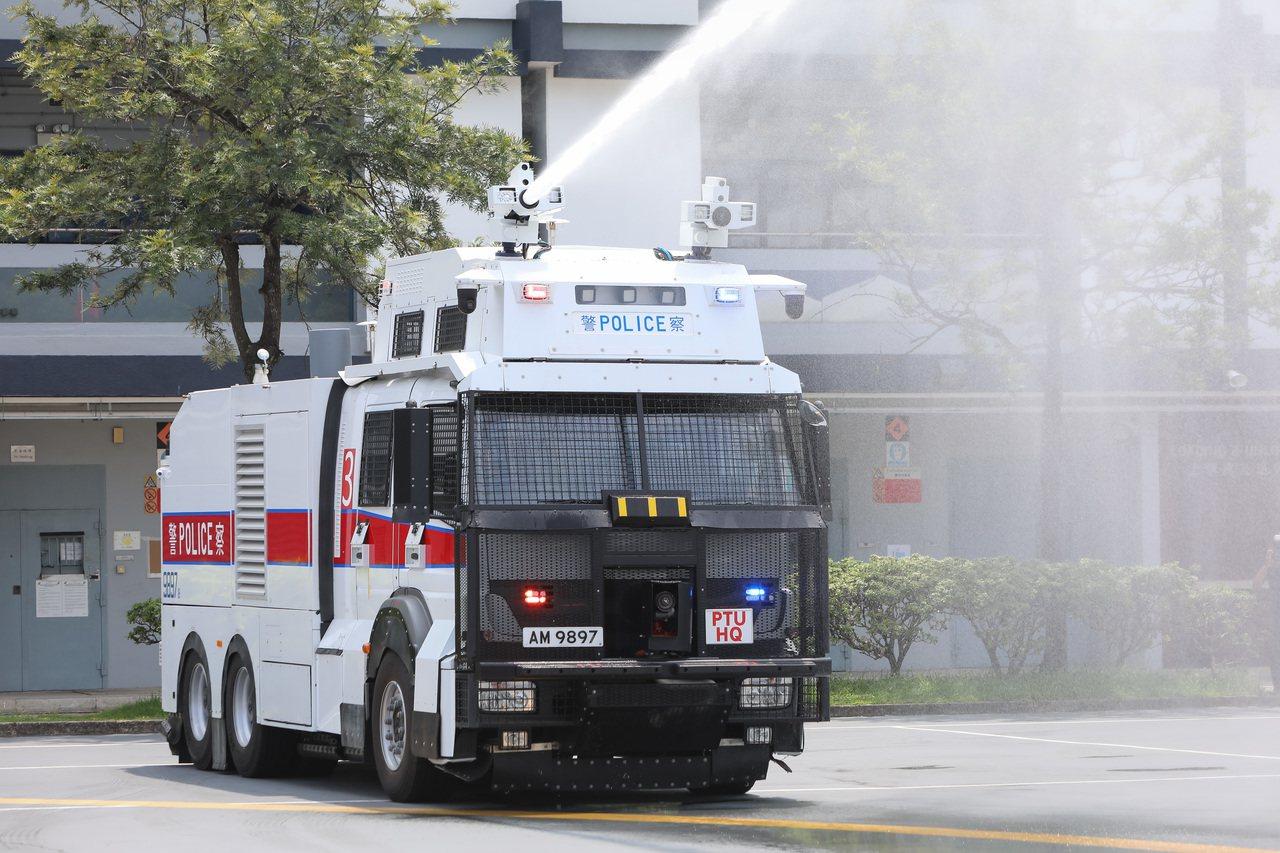 「水炮車」將出動?警方首示範 20米距離射退假人8米 中國新聞社
