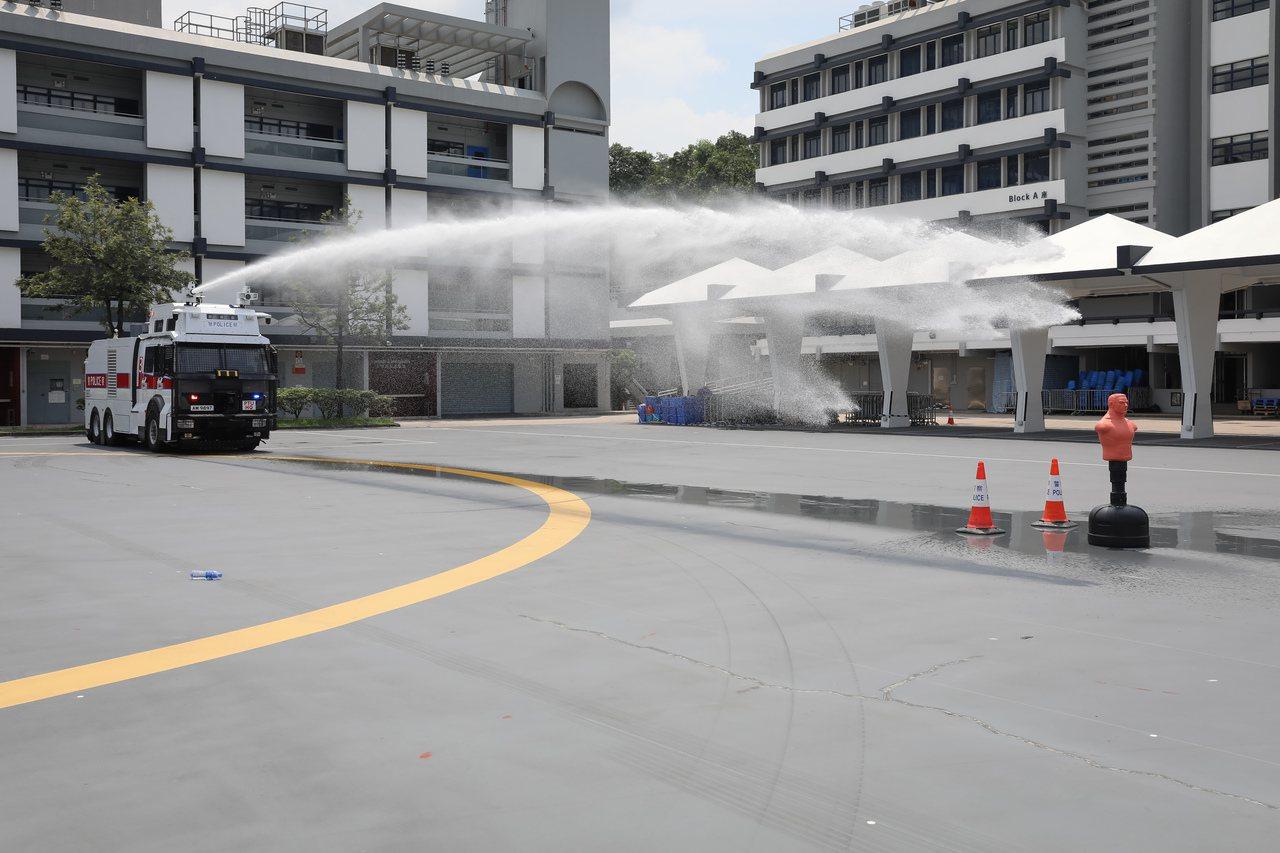 「水炮車」將出動?警方首示範 20米距離射退假人8米 香港中國通訊社