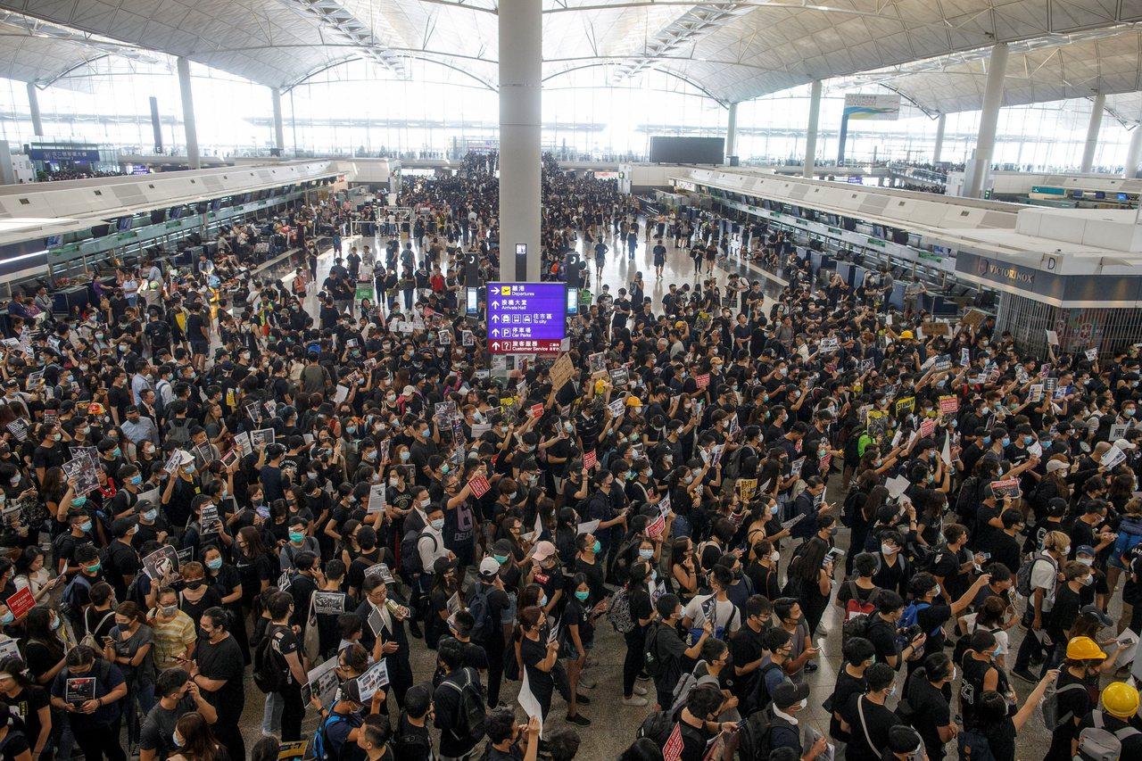 大批示威群眾聚集香港機場,造成機場癱瘓。(路透)