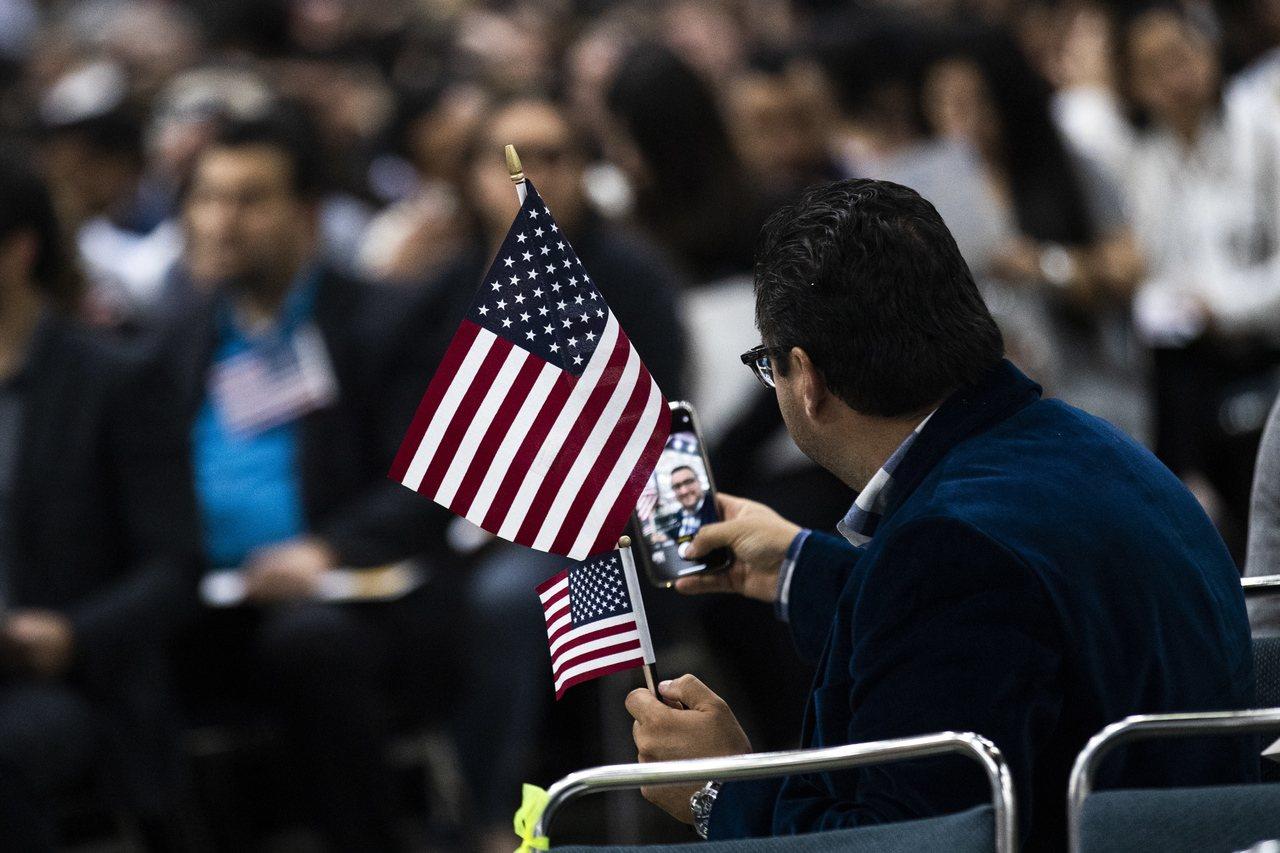 川普政府12日宣布強硬的移民政策,瞄準利用糧食券和住房補貼等福利的合法移民。 歐...