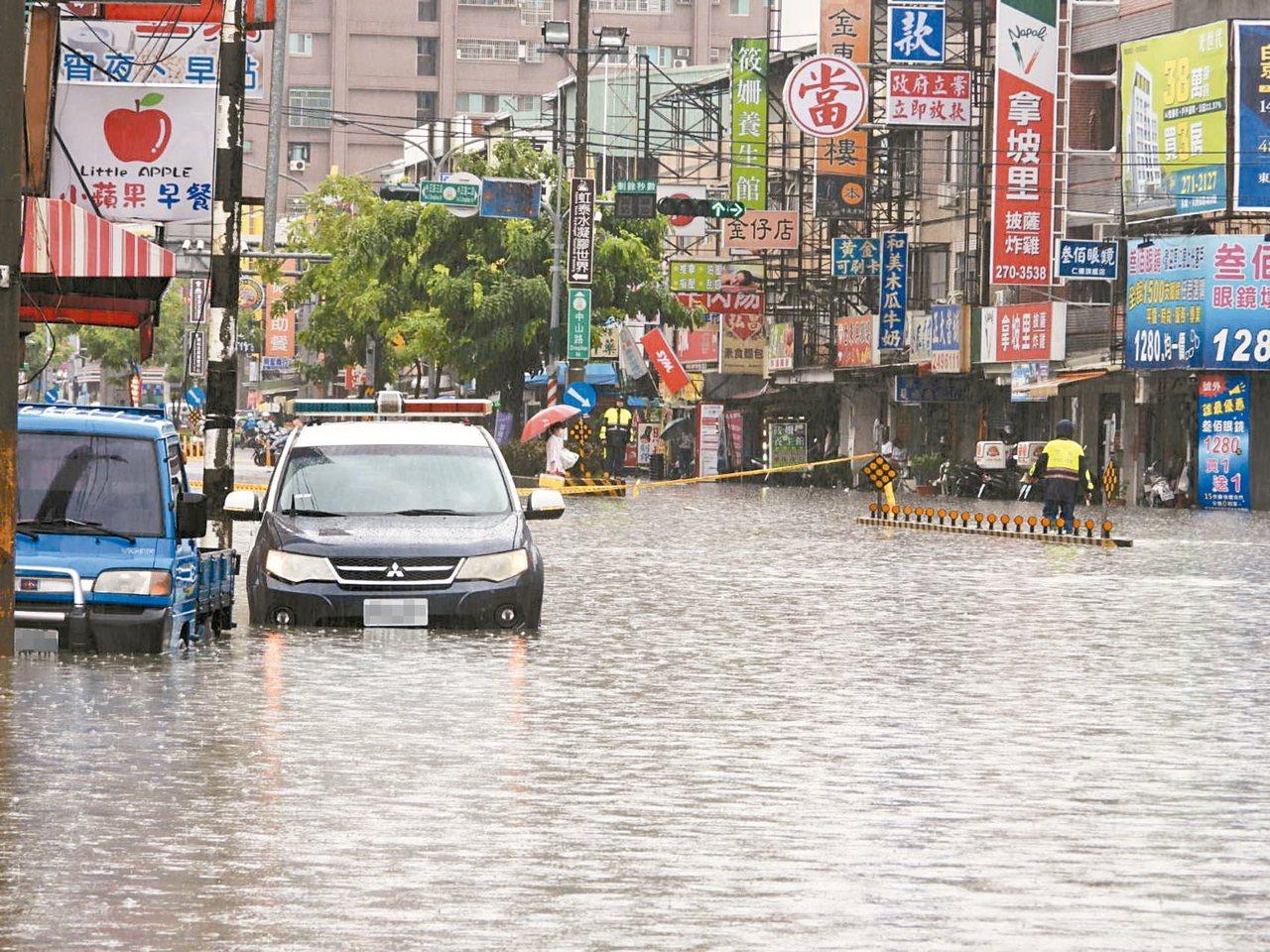 台南豪雨成災,多處積水嚴重。 記者周宗禎/攝影