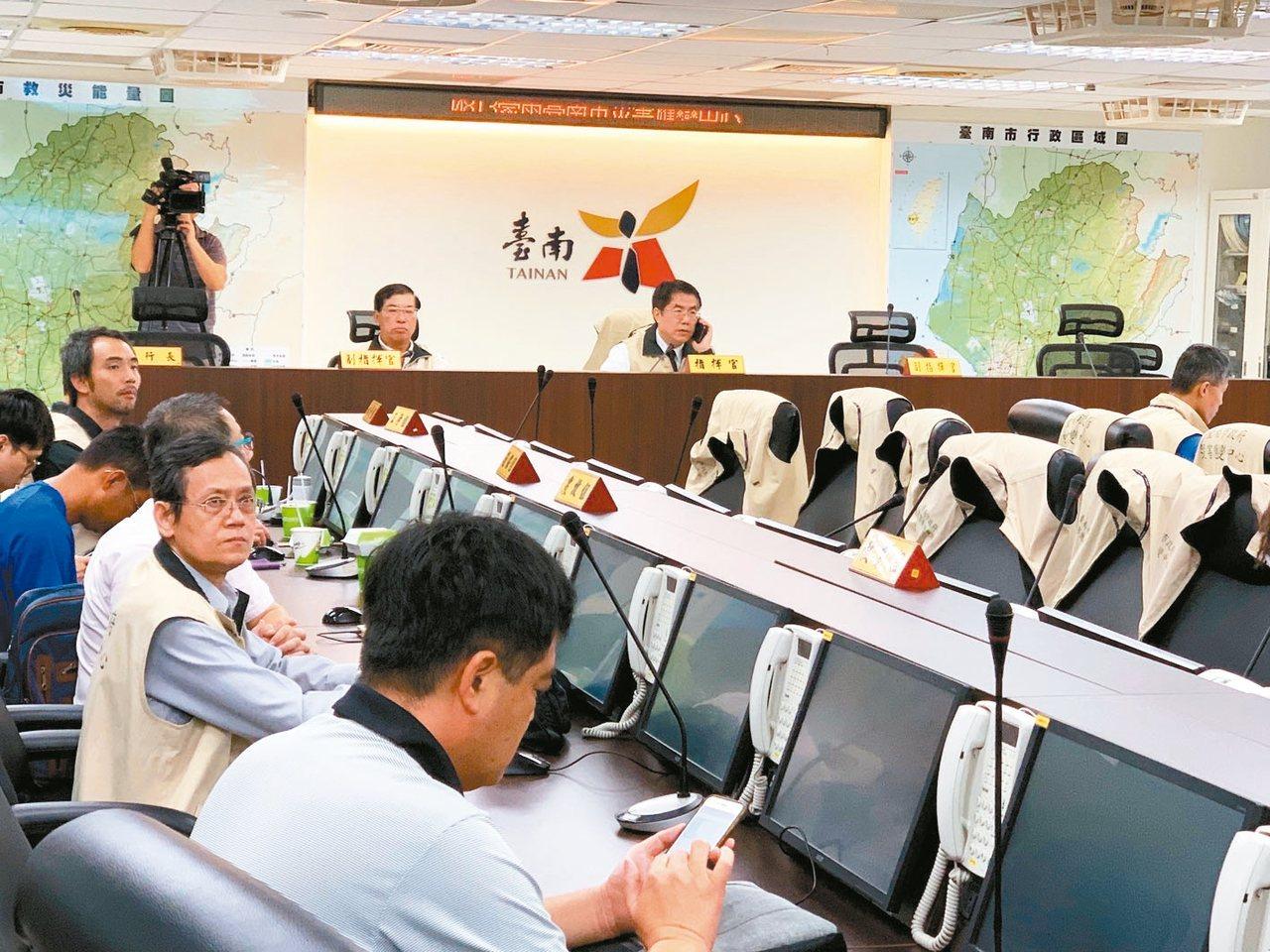 台南市長黃偉哲(右)進災害應變中心聽取簡報。 記者鄭維真/攝影