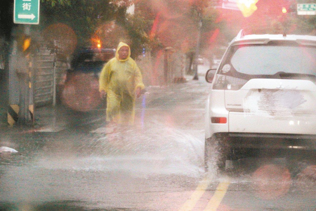 台南昨夜豪大雨,宣布今天停班停課,一早市區多處路段積水。 記者陳易辰/攝影