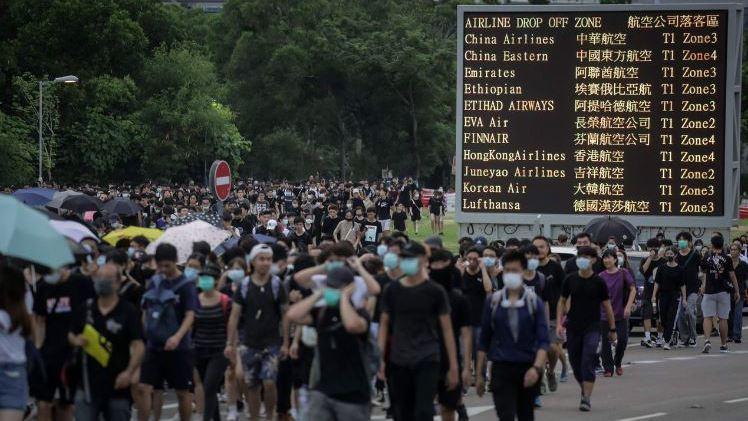 香港因反送中抗議活動陷入混亂,圖為示威者癱瘓香港機場後散去。 (法新社)