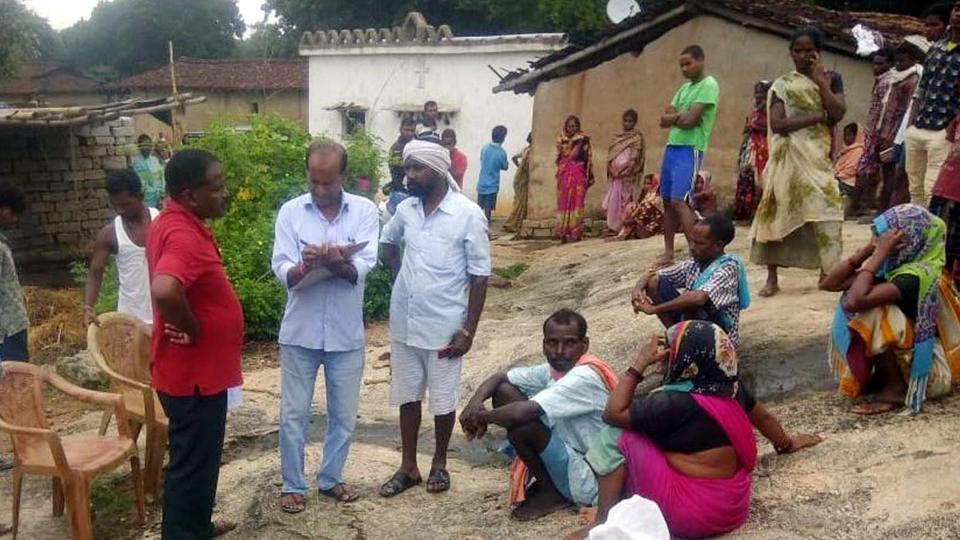 印度一名11歲女童遭野生大象踩死後,當地居民害怕大象會再次襲擊村落。圖擷自hin...