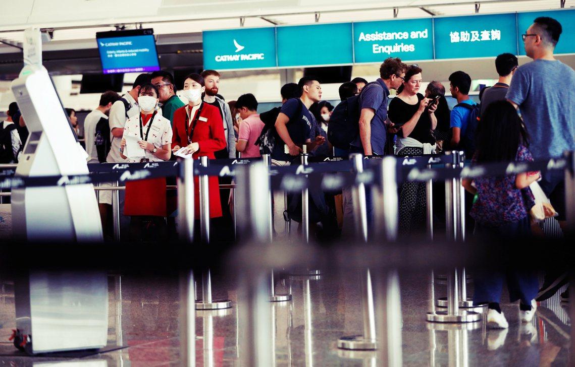 中國民航局認為國泰航空職員「已傳出多起參與『暴力衝擊』(意指反送中示威)」,甚至...