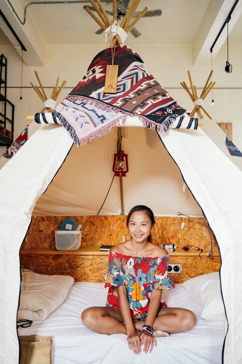 一身健康膚色的蕭伊倩,帶領眾人參觀「信用帳」Campsule Hostel旅宿空...