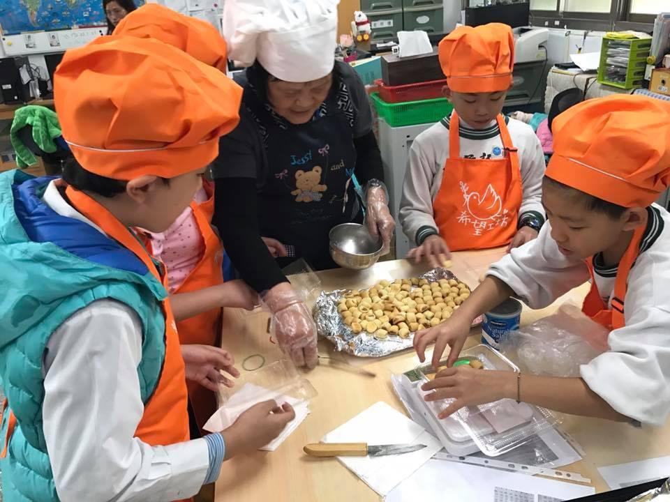 希望工坊的長者,定期到學校教導學生製作糕點 圖/全人愛羊協會提供