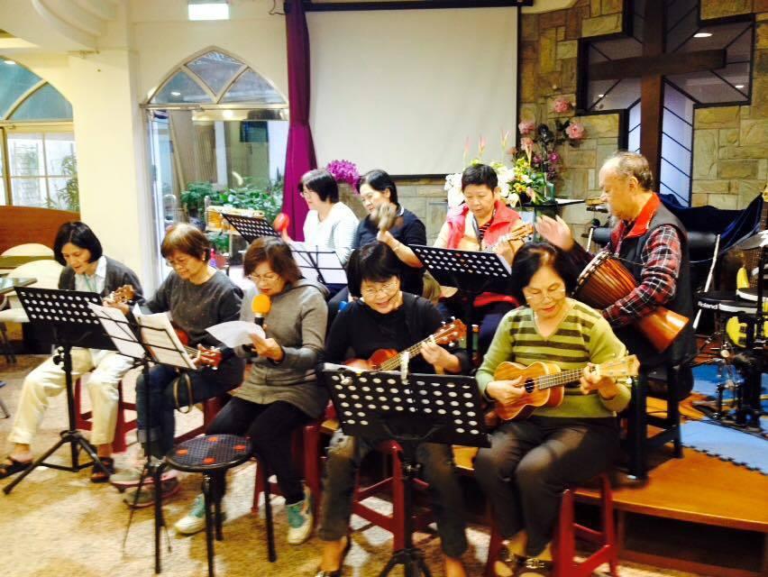 愛羊協會的長者樂團在教會中正式演出。 圖/全人愛羊協會提供