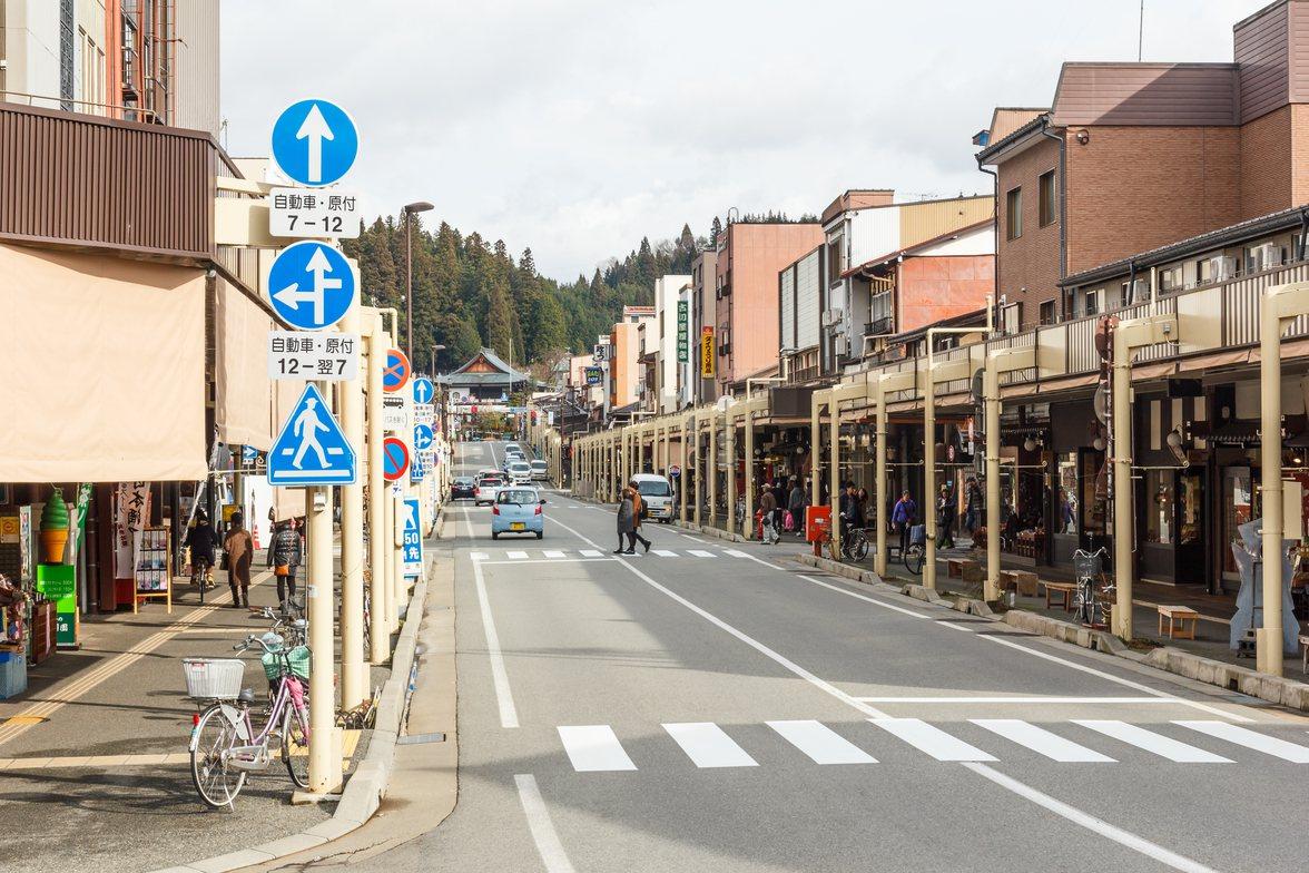 幾十年前日本的街道其實也有相當多違停的車輛,現在卻能做到車道淨空。示意圖/ing...