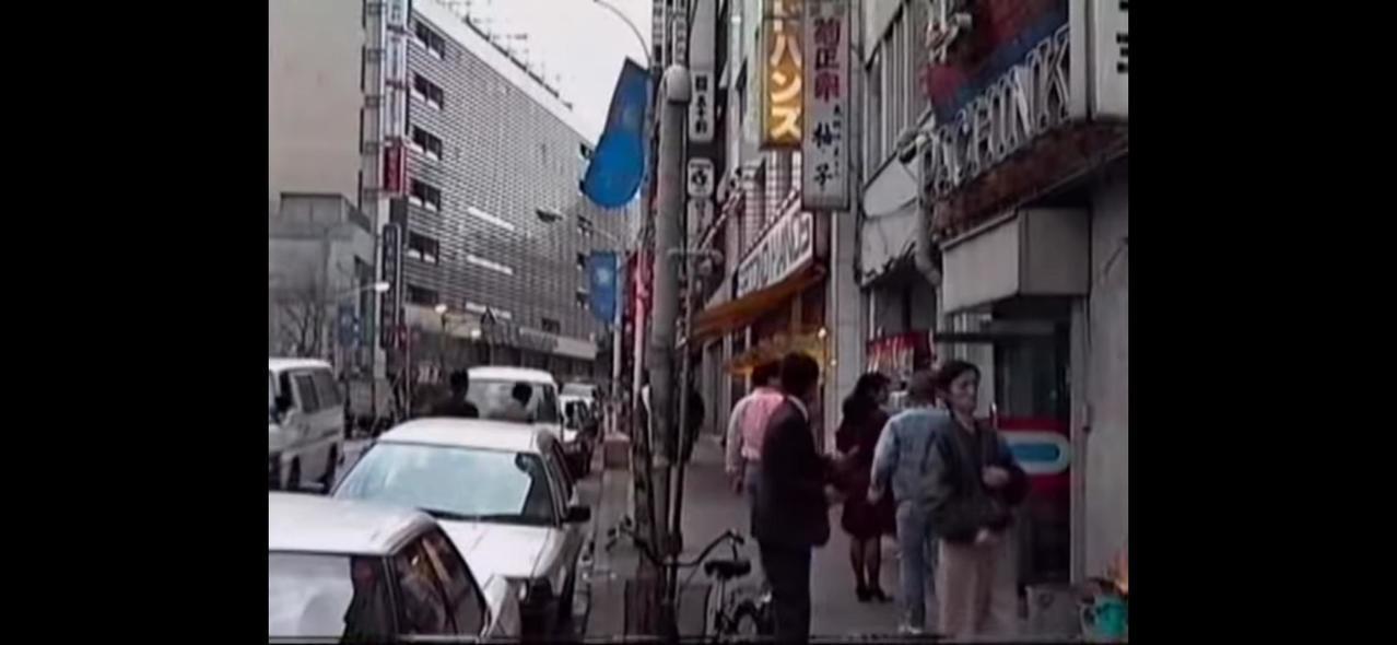 日本30、40年前與現在的台灣差不多,車道兩旁停好停滿。圖/取自PTT