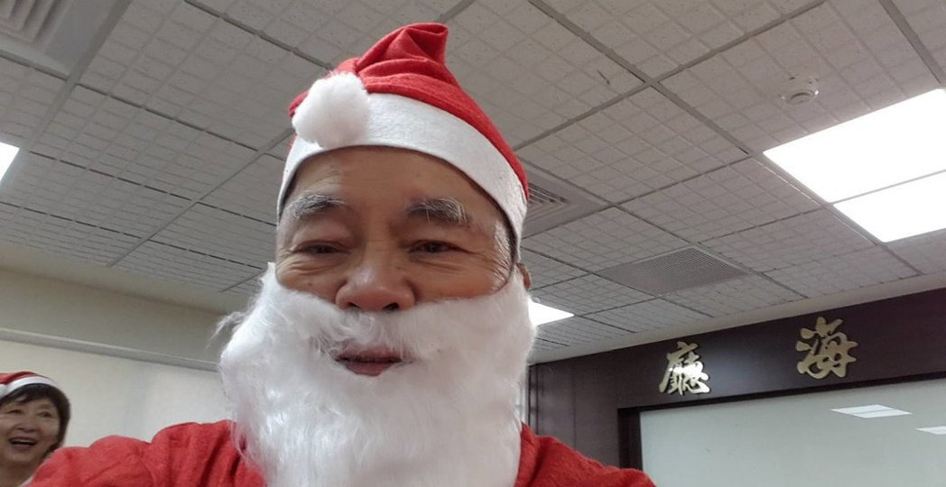 80歲的李爺爺,2年前錄取「聖誕老人培訓學校」,參加多場演出且領有薪酬。 圖/台...