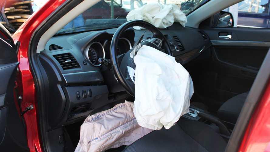 不管您的車輛有多少安全配備,都要繫上安全帶。 摘自Motor1