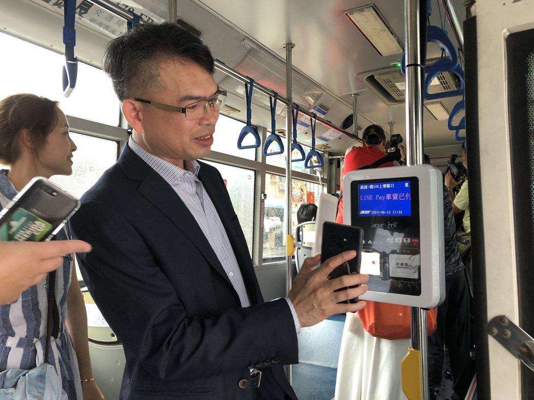 高市公車橘線12及20號公車及捷運全閘門都可以用LINE Pay一卡通乘車碼付款...