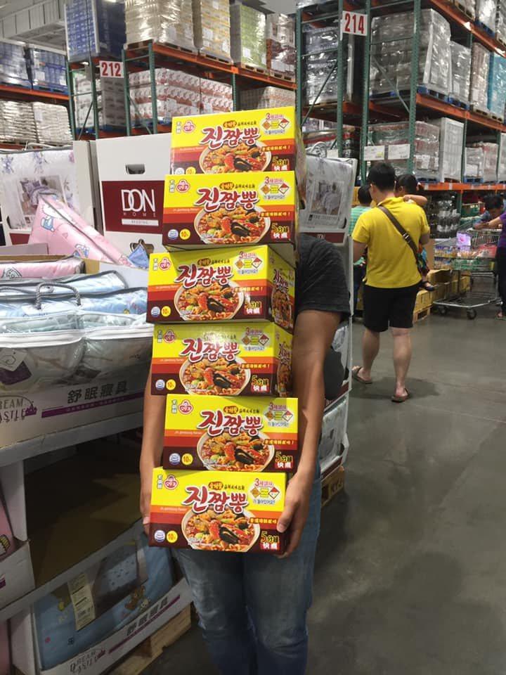 一名網友去好市多購物時,看到一名男子手上抱著6箱韓國拉麵,不禁好奇的問「真的有那...