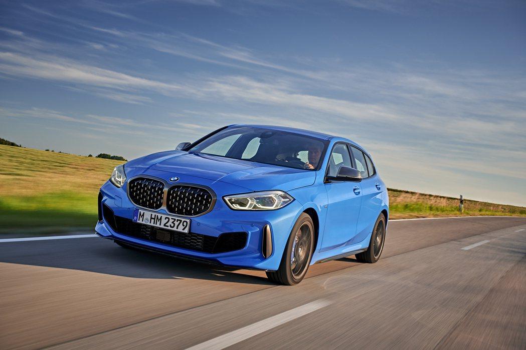 預計搭載複合式動力系統的M140e,最大馬力有望一舉來到400hp。 摘自BMW