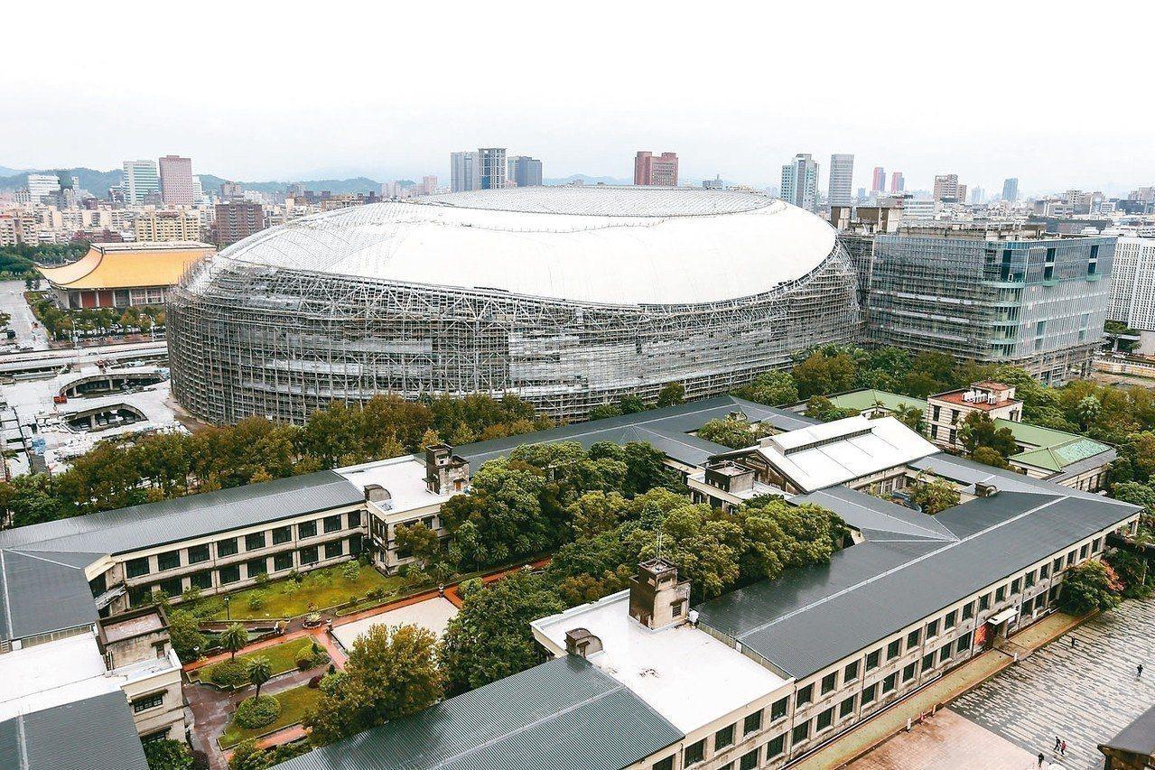 台北大巨蛋就算能趕在預期的2020年完工,可是卻恐不符現代世界棒球場的規模。...