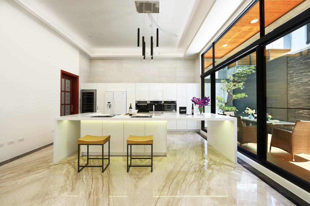 開放式的餐廚空間。