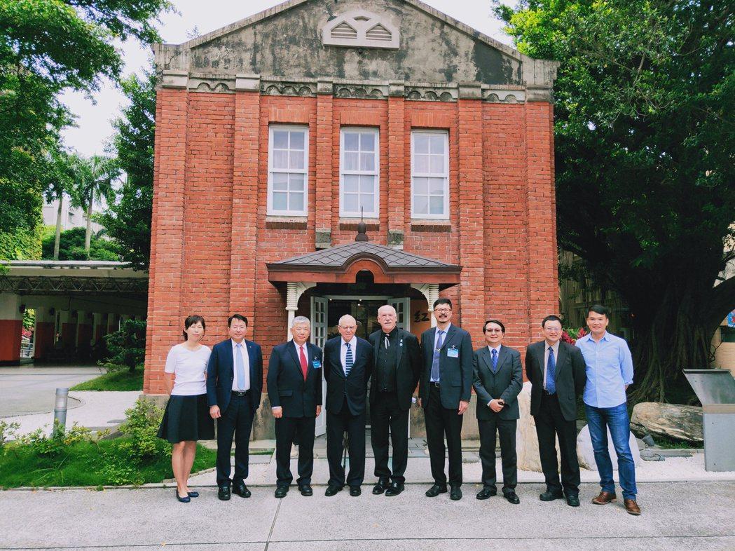 AACSB訪查委員主席Dean Rose(左五)與北科大管理學院院長邱垂昱(右四...