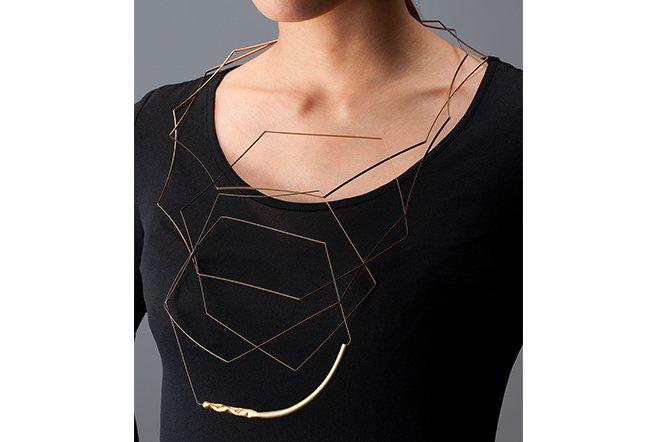 鈦金屬、金箔製作成的項鍊套組。