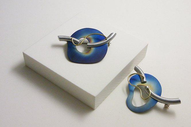 採鈦金屬、銅等材料製作的胸針—「High collar」。