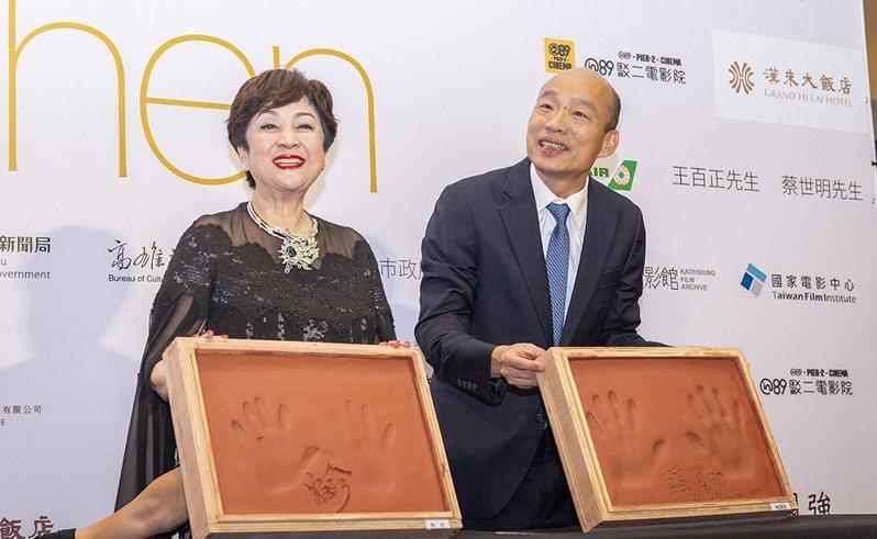 甄珍與韓市長為活動留下珍貴手印。 (照片提供/高雄市政府新聞局)