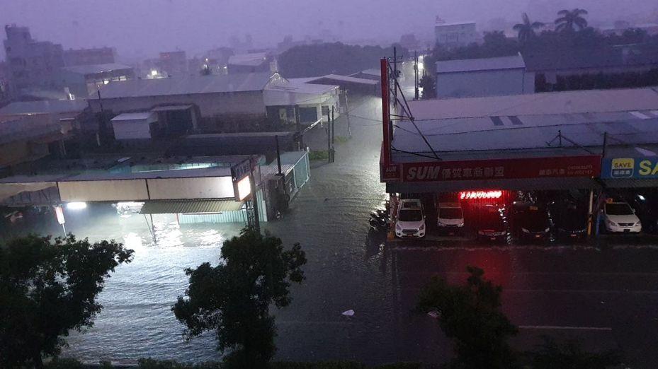 台南市雷雨閃電不斷,市民一夜無眠,清晨許多地方積水。圖/讀者黃蜀婷提供