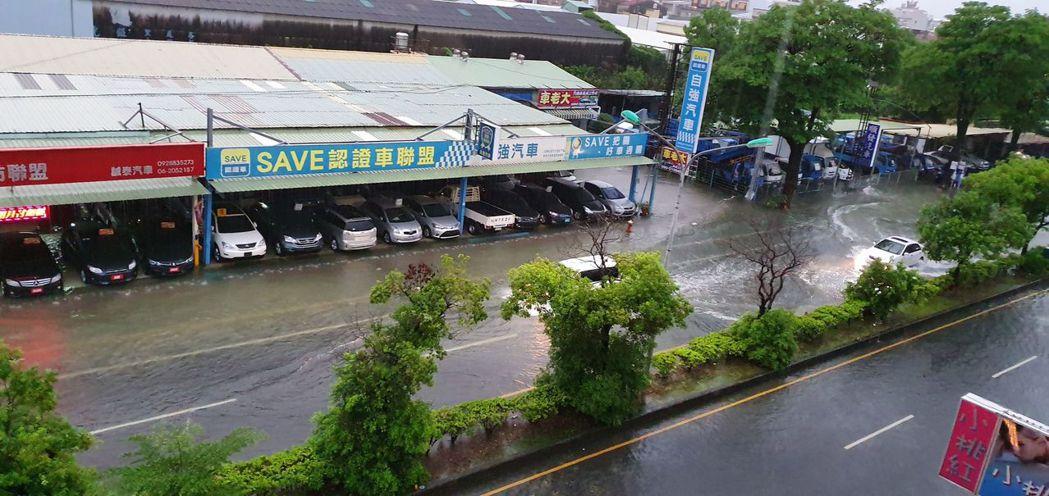 台南市雷雨閃電不斷,市民一夜無眠,許多地方積水,有不少車輛經過淹水路道拋錨。圖/...