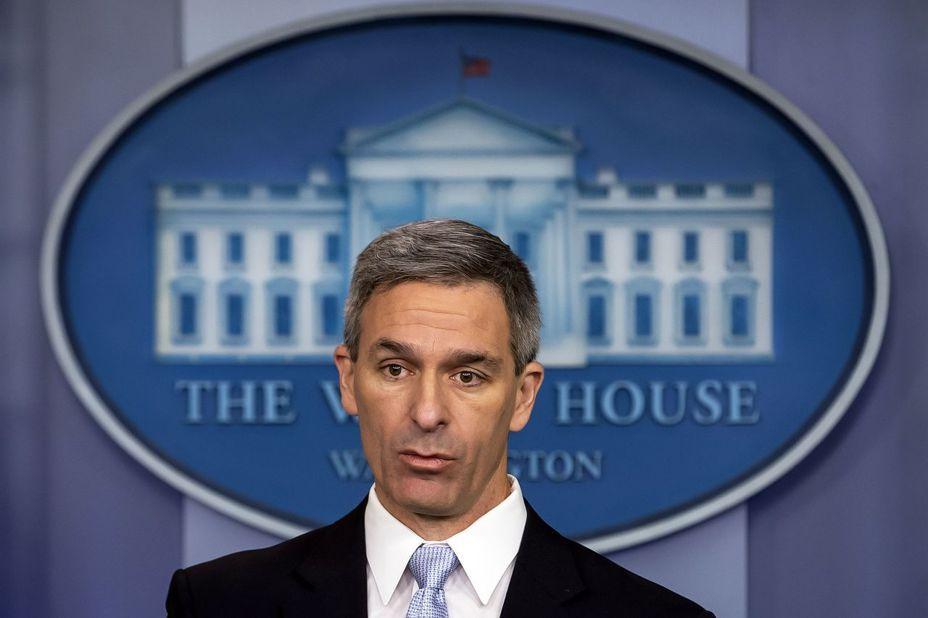美國公民及移民服務局代局長 Ken Cuccinelli 在白宮簡報,宣布將拒絕依賴社會福利的合法移民申請綠卡。歐新社