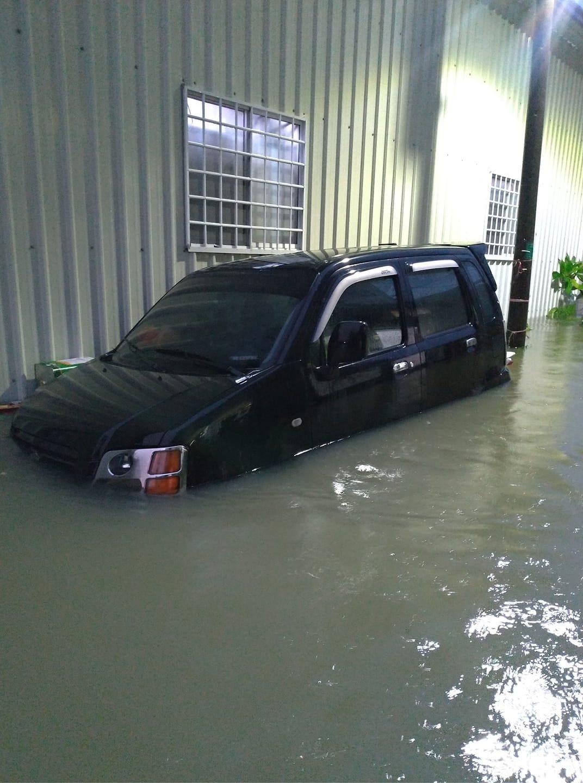 台南深夜豪雨襲擊,多處積淹水,永康區還出現淹水到一顆輪胎的高度。圖/翻攝自台南爆...