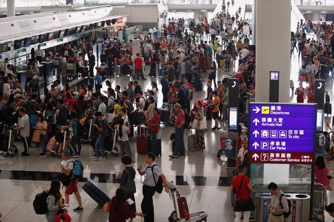 香港國際機場,今天(13日)恢復運作,但仍取消超過300航班,旅客大排長龍。
