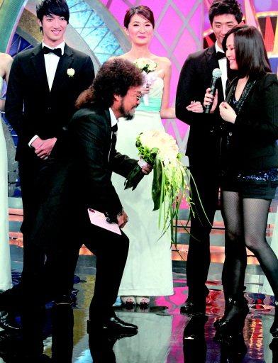 江蕙(右)當年常上張菲節目,製作兩人曖昧趣味。本報資料照