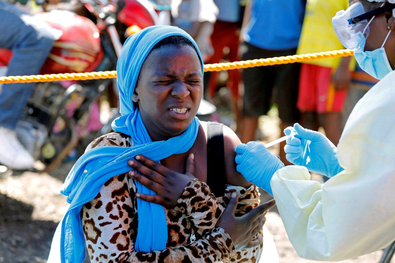 剛果東部戈馬市一名婦女接受伊波拉疫苗注射。路透