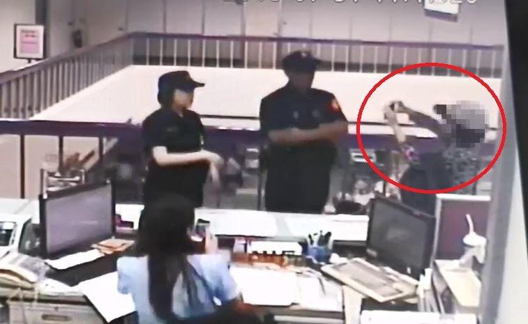 林女(紅色圓圈處)陷入詐騙集團的愛情陷阱,還反拍員警照片回傳,詐團嚇得趕緊下線,不再回應。記者林佩均/翻攝