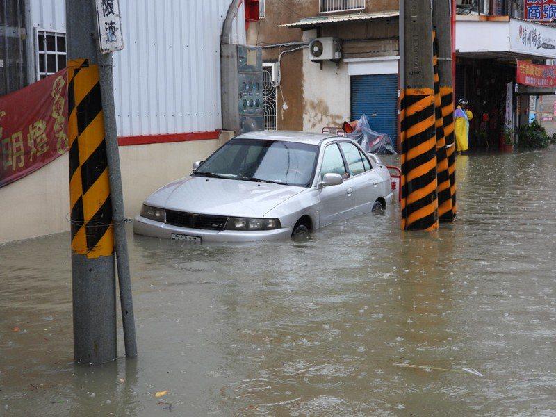台南豪雨成災,許多汽機車輛泡水。記者周宗禎/攝影