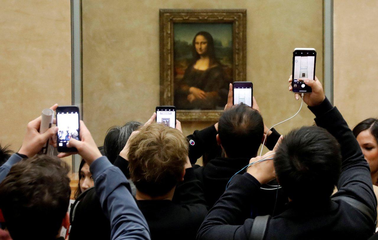 羅浮宮名畫「蒙娜麗莎」上月17日起,從原本展出的眾國廳,移到梅迪奇廊展示。圖為此...