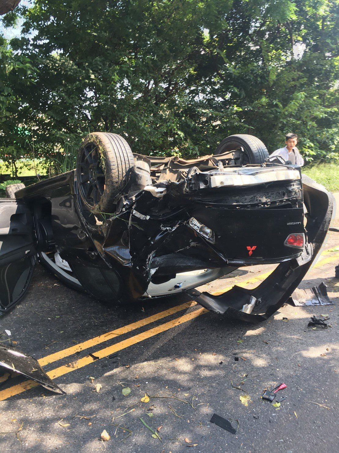 黃男過彎後失控撞上電線桿,翻覆好幾圈後才停下,整輛車幾乎全毀。圖/警方提供